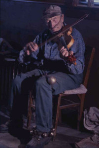 Fred Smith playing fiddle in the Rock Garden tavern. Photo: Robert Amft, c. 1960-64