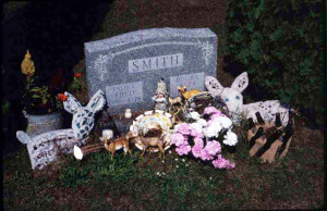 Fred Smith gravesite, Phillips cemetery. Grave ornaments made over the years by Smith admirers. Photo: Robert Amft, c. 1989